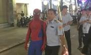 """Tranh cãi việc bắt """"người nhện"""" ở phố đi bộ Nguyễn Huệ"""