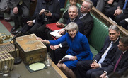 """Brexit: """"Sống sót"""" sau bỏ phiếu bất tín nhiệm, bà May xuống nước"""