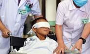 Lắp mắt nhân tạo cho cậu bé bị móc mắt