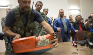 Quân ly khai Ukraine trao trả hộp đen MH17