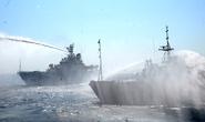 Tàu Trung Quốc chạy sát giàn khoan 981 rồi tự phun nước vào nhau
