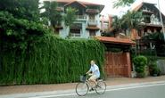 Những căn nhà phủ cây xanh mướt bên bờ hồ Tây