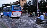 Mưa lớn, đường phố lại ngập