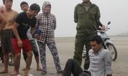 Vứt xe máy, lao xuống biển cứu sống 1 học sinh đuối nước