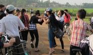 Nữ sinh đánh bạn ngay trước cổng trường