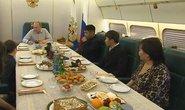 Ông Putin ăn tối với người dân trên chuyên cơ