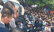 Cán bộ Trung Quốc đánh dân, hàng ngàn người biểu tình
