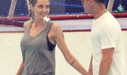 Angelina Jolie tay trong tay cùng Brad Pitt trượt băng
