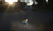 Mẹ ngủ quên, con trai 1 tuổi bò qua 4 làn đường