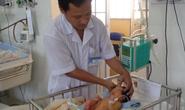 Dòi và kiến tấn công bé sơ sinh bị bỏ rơi