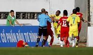 Vòng 17 V-League: Cầu thủ Hải Phòng đánh nhầm vô mặt trọng tài