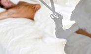 Bị ghen tuông vô cớ, vợ dùng kéo đâm thủng tim chồng