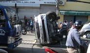 2 xe 7 chỗ mất lái, kẹt xe nghiêm trọng