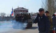 Xe bọc thép cắm cờ Nga - Ukraine cùng tiến vào miền Đông