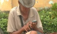 Trục xuất ông già ăn xin xài …Iphone