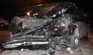 Xế hộp Mercedes đấu đầu taxi, tài xế gục trên vô lăng