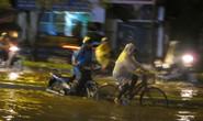 Dân Hà Nội nháo nhào vì mưa giông bất ngờ