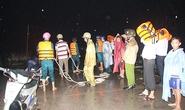 Bình Dương: Giải cứu 6 người trong quán ven đường bị mưa lũ cô lập