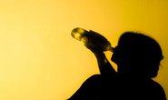 Bị chồng đá gãy cổ chết vì say rượu, ngủ quên nhà hàng xóm