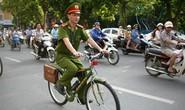 Lạ lẫm cảnh sát tuần tra bằng xe đạp quanh hồ Gươm