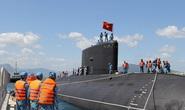 Ngắm cờ Tổ quốc tung bay trên đài chỉ huy Tàu ngầm Hải Phòng