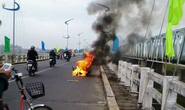 Sáng 30 Tết, xe máy bốc cháy dữ dội giữa cầu Đà Rằng