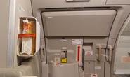 Mở cửa thoát hiểm máy bay để… đi vệ sinh