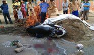 Xe máy lao vào đống cát, bé gái 9 tuổi tử vong