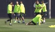 Neymar ganh tỵ đá Suarez lăn quay