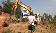 Bắt quả tang công ty xử lý rác đào hố xả thải ngay khu dân cư