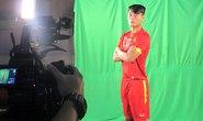 Tuyển thủ Việt Nam tạo dáng trước ống kính truyền hình Thái Lan