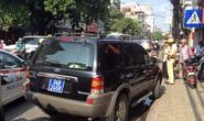 Đi vào đường cấm, tài xế xe biển xanh chốt cửa ngồi lỳ trên xe