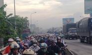 Hàng ngàn người trễ giờ vì xe tải chắn đường Quốc lộ 1
