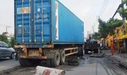 Hoảng loạn bò khỏi gầm xe container sau khi bị kéo lê nhiều mét