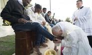 Giáo hoàng Francis rửa chân cho người tị nạn Hồi giáo