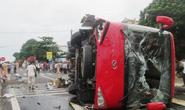 Xe khách tông xe máy rồi lật nghiêng, 8 người thương vong