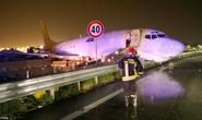 Máy bay tông sập rào chắn sân bay