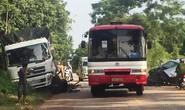 Xe 7 chỗ tông trực diện xe tải, tài xế trọng thương