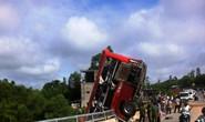 Xe khách lao xuống hố cầu, 11 người thương vong