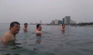 Lãnh đạo Đà Nẵng cùng nhau tắm biển