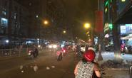 Dông, lốc xoáy làm cát bụi bay mù mịt giữa đêm Sài Gòn
