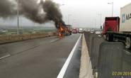 Xe bốc cháy ngùn ngụt trên cao tốc Long Thành - Dầu Giây