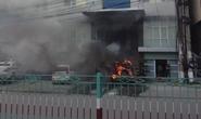 Ô tô bất ngờ bốc cháy dữ dội trước trụ sở công an phường