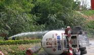 Lật xe container chở gas, đèo Hải Vân phải phong tỏa