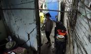 VIDEO: Cây trăm tuổi ở những ngôi nhà sắp sập