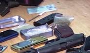 Bắt đối tượng truy nã mang 3 khẩu súng và 20 viên đạn