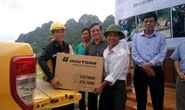 """CHƯƠNG TRÌNH """"ÁNH SÁNG TRONG LŨ"""" CỦA BÁO NGƯỜI LAO ĐỘNG: Trao 15 máy phát điện cho người dân Quảng Bình"""
