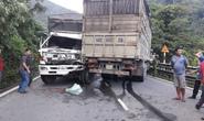 Hai xe tải đối đầu, 2 tài xế mắc kẹt trong cabin