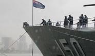 Tàu hải quân Úc đội mưa gió đến TP HCM