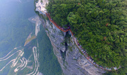 Trung Quốc khánh thành cây cầu vừa đi vừa run